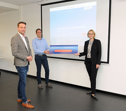 v.l.: IT-Leiter Tobis Fänger, Projektleiter Thomas Recke und Stadträtin Katharina Pötter stellen das neue ServicePortal Osnabrück vor.