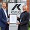 Ralph Freude (links), Head of business line ict beim TÜV Rheinland, übergibt das Zertifikat an CEO Klaus Kisters.