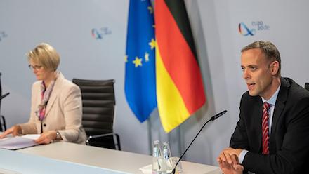 Bundesbildungsministerin Anja Karliczek und Bundes-CIO Markus Richter stellen BAföG Digital vor.