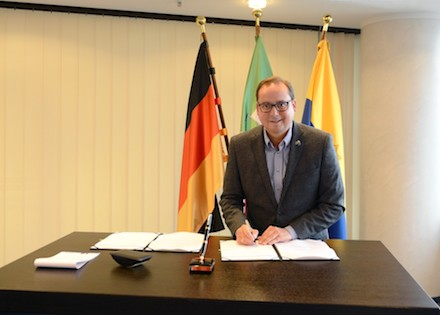 Oberbürgermeister Thomes Kufen unterzeichnet die Charta des 115-Verbunds.