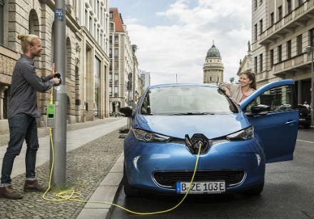 In Berlin soll eine Lade-Infrastruktur mittels Straßenlaternen aufgebaut werden.