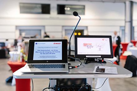 Der Kongress Innovatives Management wurde per Livestream übertragen, sodass mehr als 400 Teilnehmer aus ihren Büros und Homeoffices teilnehmen konnten.