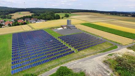 Das Bioenergiedorf Mengsberg setzt auf die Nahwärmeversorgung aus Biomasse und Solarthermie.