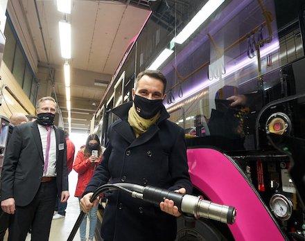 Oberbürgermeister David Langner betankt einen neuen Koblenzer Bus mit Biomethan.
