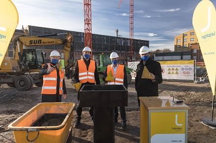 v.l.: Thomas Brandenburg, Maik Piehler und Karsten Rogall von den Stadtwerken Leipzig mit OB Burkhard Jung bei der Grundsteinlegung für das HKW Süd.