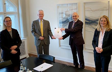 Vertragsunterzeichnung in Berlin: Telecomputer ist jetzt Tochterunternehmen der AKDB.