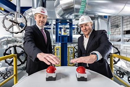 v.l.: Hansjörg Roll, MVV-Technikvorstand, und Guido Langer, Geschäftsführer der Stadtwerke Merseburg, beim Betätigen des Startknopfs in der Wärmeübergabestation.