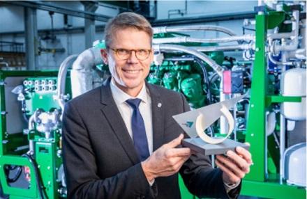 2G Energy-CEO Christian Grotholt mit dem Preis zum zweiten Platz beim Umweltwirtschaftspreis