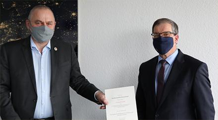 BSI-Vizepräsident Gerhard Schabhüser (links) übergibt Christoph Lauffer die Urkunde zur Ernennung zum Informationssicherheitsbeauftragten für die IT-Konsolidierung Bund.