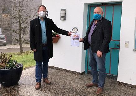 Fabian Burggraf, Geschäftsführer Klimapartner Oberrhein (links) übergibt den Antrag zur Bewerbung um weitere Fördermillionen für die Region an Josef Bühler, Geschäftsführer Neuland Plus.