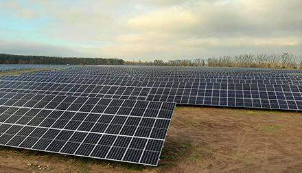 Der von der juwi-Gruppe außerhalb der EEG-Förderung geplante und gebaute Solarpark Metzdorf II in Brandenburg liefert nun Ökostrom für Tübingen.