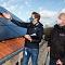 Frederik Stroetmann (Stadtwerke Münster, links) und Andreas Jenschke (Wohn+Stadtbau) prüfen die neuen Photovoltaikanlagen an der Von-Stauffenberg-Straße.