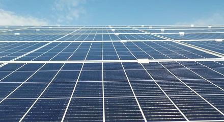In der Gemeinde Dettmannsdorf in Mecklenburg-Vorpommern wird von Energiekontor ein neuer Großsolarpark geplant. Den Strom nimmt die EnBW ab.
