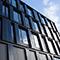 Photovoltaik an der Fassade und auf dem Dach macht die Stromversorgung von Bürogebäuden grüner.