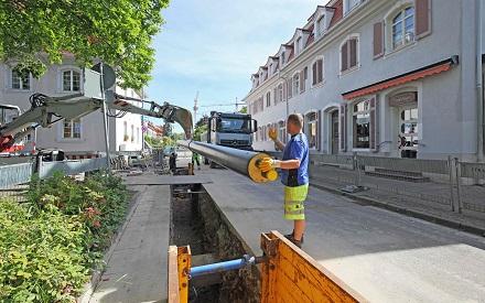 Wärmenetze sind klimaneutral und wirtschaftlich, wie hier die Verlegung von Fernwärmeleitungen in Freiburg.