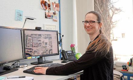Abteilungsleiterin Friederike Kafka vom Vermessungs- und Liegenschaftsamt klickt sich durch das neue Pforzheimer BürgerGIS.