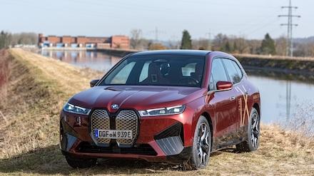 Ein BMW iX vor dem Uppenbornwerk, von dem in Zukunft der nachhaltige Strom für die Elektro-Autos der BMW-Gruppe kommt.