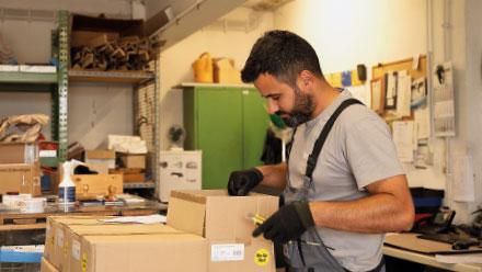 Das prego-services-Logistikcenter füllt im Regelturnus das Materiallager in Bad Nauheim auf.