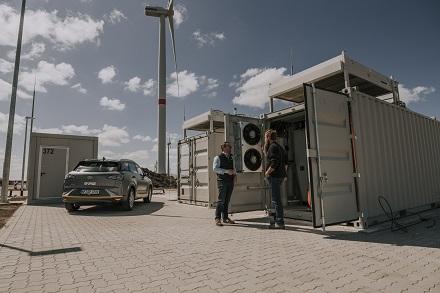 Mittels Windstrom wird in einer Elektrolyseanlage grüner Wasserstoff produziert und für Mobilitätszwecke gespeichert.