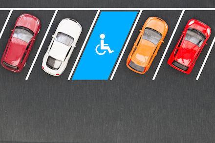 Smart-City-Lösung navigiert zum Behindertenparkplatz.