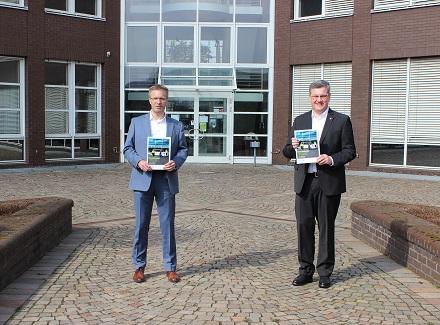 Stellen den Konzern-Geschäftsbericht 2020 vor: Ralf Libuda (rechts), Geschäftsführer, und Kai Breiter, Leiter Kaufmännische Dienste der Stadtwerke Gütersloh.