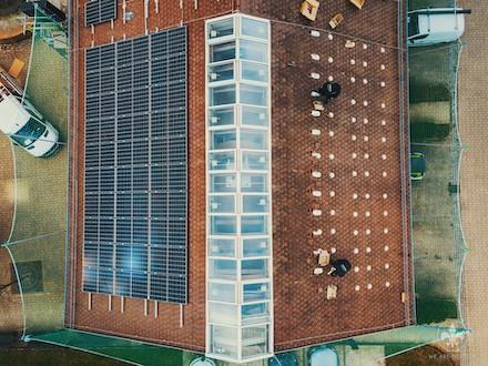Das Rathausdach in Dettenheim liefert künftig Ökostrom.
