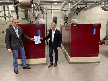 EDG-Geschäftsführer Christoph Zeis (rechts) und B.KWK-Präsident Claus-Heinrich Stahl bei der Zertifikatsübergabe.
