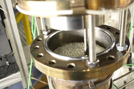 Vorversuch für elektrothermische Speicher: Ein Speicher mit Schüttgut und Flüssigmetall als Wärmeträgerfluid.