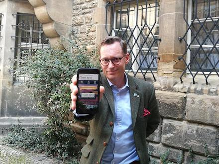 Zeitz: OB Christian Thieme zeigt die neue Website auf seinem Smartphone.