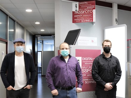 Stellten ihr Gemeinschaftsprojekt, das Selbstbedienungsterminal für biometrische Fotos vor.