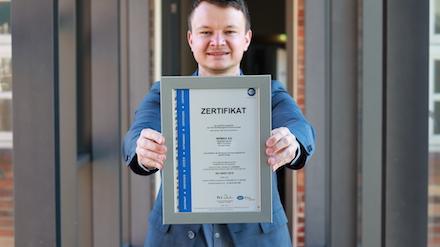 Energie-Manager Julian Höhn mit der Urkunde zur Zertifizierung des EnMS der WEMAG-Unternehmensgruppe.