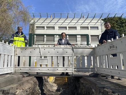Stadtwerke-Vorstand Ulrich Koch, Hernes Oberbürgermeister Frank Dudda und Bezirksbürgermeister Mathias Grunert (v.l.) auf der Baustelle für das grüne Wärmenetz.