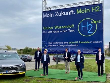 Die Stellvertreter der Gründungsunternehmen Jens Rötteken (Terravent), André Steinau (GP JOULE), Tim Kruithoff (Oberbürgermeister Emden), Thomas Ehrlich (SCORE), Claas Mauritz Brons (Brons Gruppe, v.l.n.r.).