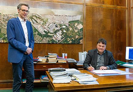 Finanzsenator Dietmar Strehl (rechts) und der für die Digitalisierung zuständige Staatsrat Martin Hagen bei der Unterzeichnung der Vereinbarung.
