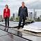 Mainova-Vorständin Diana Rauhut (l.) und NHW-Geschäftsführerin Monika Fontaine-Kretschmer auf der PV-Anlage in der Fritz-Kissel-Siedlung.