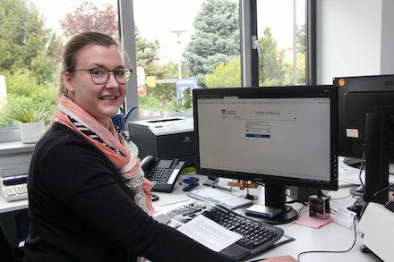 Natascha Schwarz, Sachbearbeiterin der Stadtverwaltung Riedstadt, präsentiert die Startseite für eine Online-Anhörung.