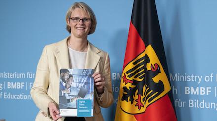 Bundesforschungsministerin Anja Karliczek stellt das 350-Millionen-Euro-Rahmenprogramm zur IT-Sicherheitsforschung vor.