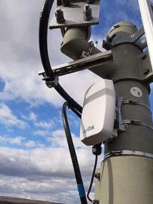 Mit Batterien bestückte Sensoren an den zu überwachenden Einrichtungen liefern ihre Informationen über Gateways an zwei Netzwerk-Server.