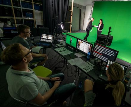 Jedes E-Training von WTT CampusONE wird aufwendig im Greenscreen-Studio produziert.