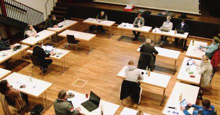 Die Ratsmitglieder der Gemeinde Prutting arbeiten mit digitalen Unterlagen.