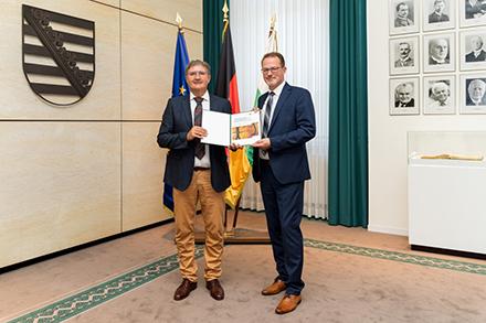 Präsentation des Fördervertrags zur Umsetzung des Konzepts der Digital-Lotsen-Sachsen.