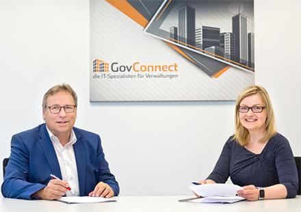 CIO Horst Baier und GovConnect-Geschäftsführerin Patricia Pichottki bei der Vertragsunterzeichnung