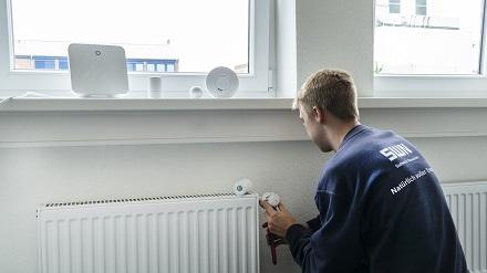 Linus Scherr, Auszubilder zum Elektroniker für Betriebstechnik bei SWN, verbindet in der Azubi-Werkstatt die Geräte der Zukunftsbude miteinander.
