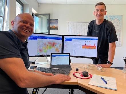 Sven Anders, Bereichsleiter Kundenservice bei den Stadtwerken Bernau, und sein Kollege Richard Gäth am Dashboard.