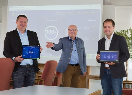 Gundremmingens Bürgermeister Tobias Bühler (rechts), LEW-Kommunalbetreuer Josef Nersinger (Mitte) und Produktmanager Michael Smischek stellen im Sitzungssaal des Rathauses den LEW Energiemonitor vor.