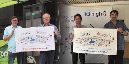 Maik Blome und Werner Linnenbrink, Stadtwerke Osnabrück, läuten den Start der Entwicklungspartnerschaft mit Christian Disch und Thomas Hornig, highQ, ein (v.l.).