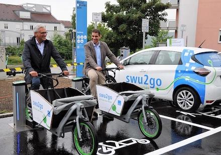 Oberbürgermeister Gunter Czisch und SWU-Geschäftsführer Klaus Eder haben die erste Mobilitätsstation der Stadt Ulm eröffnet.