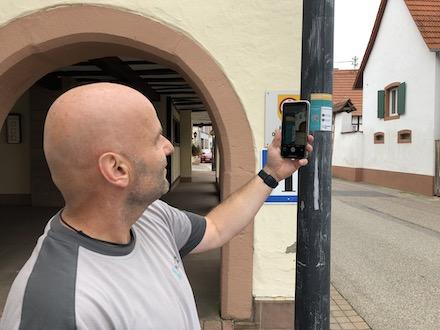 Michael Schenck von der Pfalzwerke Netz testet den QR-Code.