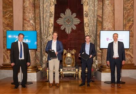 Vertragsunterzeichnung mit Oberbürgermeister Matthias Knecht im Ordenssaal des Residenzschlosses Ludwigsburg.