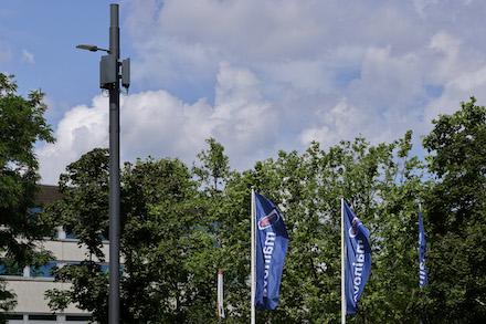 In ihrem Kopf trägt die Straßenleuchte die für die 5G-Versorgung nötigen Antennen.